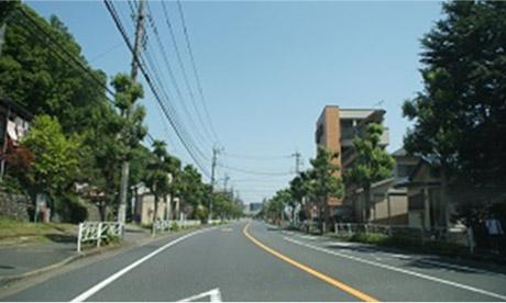 「八王子郵便局」の次が「大和田7丁目」のバス停になります。バスを降りたら、道路の反対側に渡ってください。