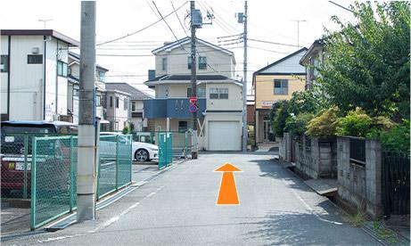 まっすぐ行くとつきあたり右側にオレンジ色の外壁の家が見えてきます。