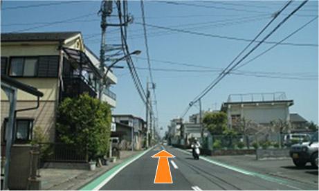 八王子郵便局の信号を右に曲がった先をしばらくまっすぐ進んでいくと右手に小学校が見えます。