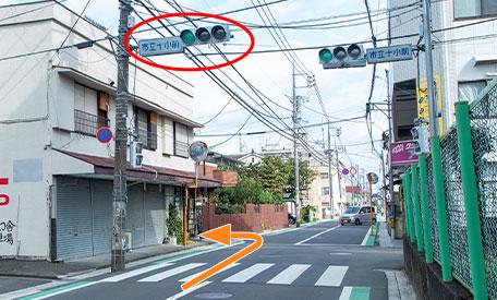 市立十小前の信号をすぎたすぐ先ミラベルのお店とれんがの塀の家の間の道を左に曲がってください。